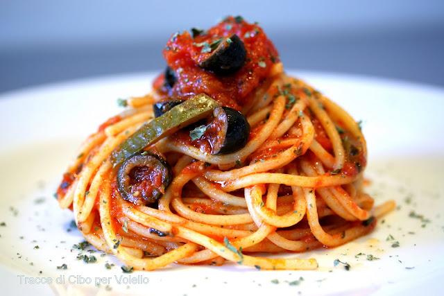 pasta, spaghetti, voiello, sugo rosso, olive, origano, peperone, piacere