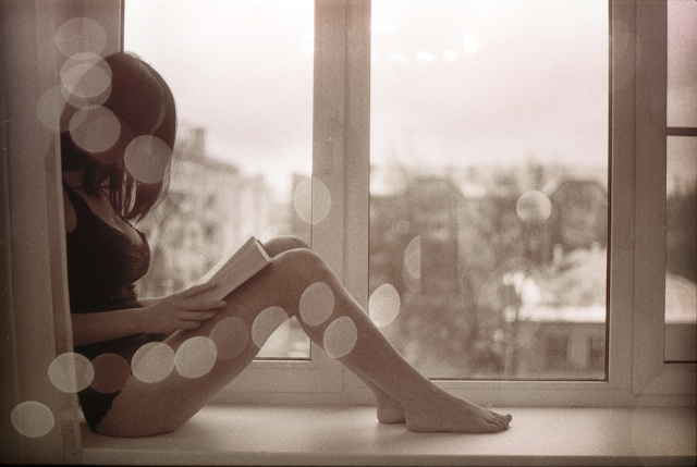 http://1.bp.blogspot.com/_76VkVLuoxPE/S0yZT0YbdqI/AAAAAAAAB5Y/2NaUFOIjHyw/s640/girl_reading_window.png