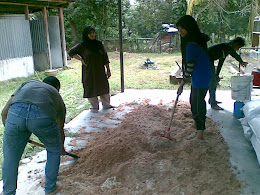 Alang dan para pekerja sedang menggaul bahan2 untuk membuat bongkah cendawan