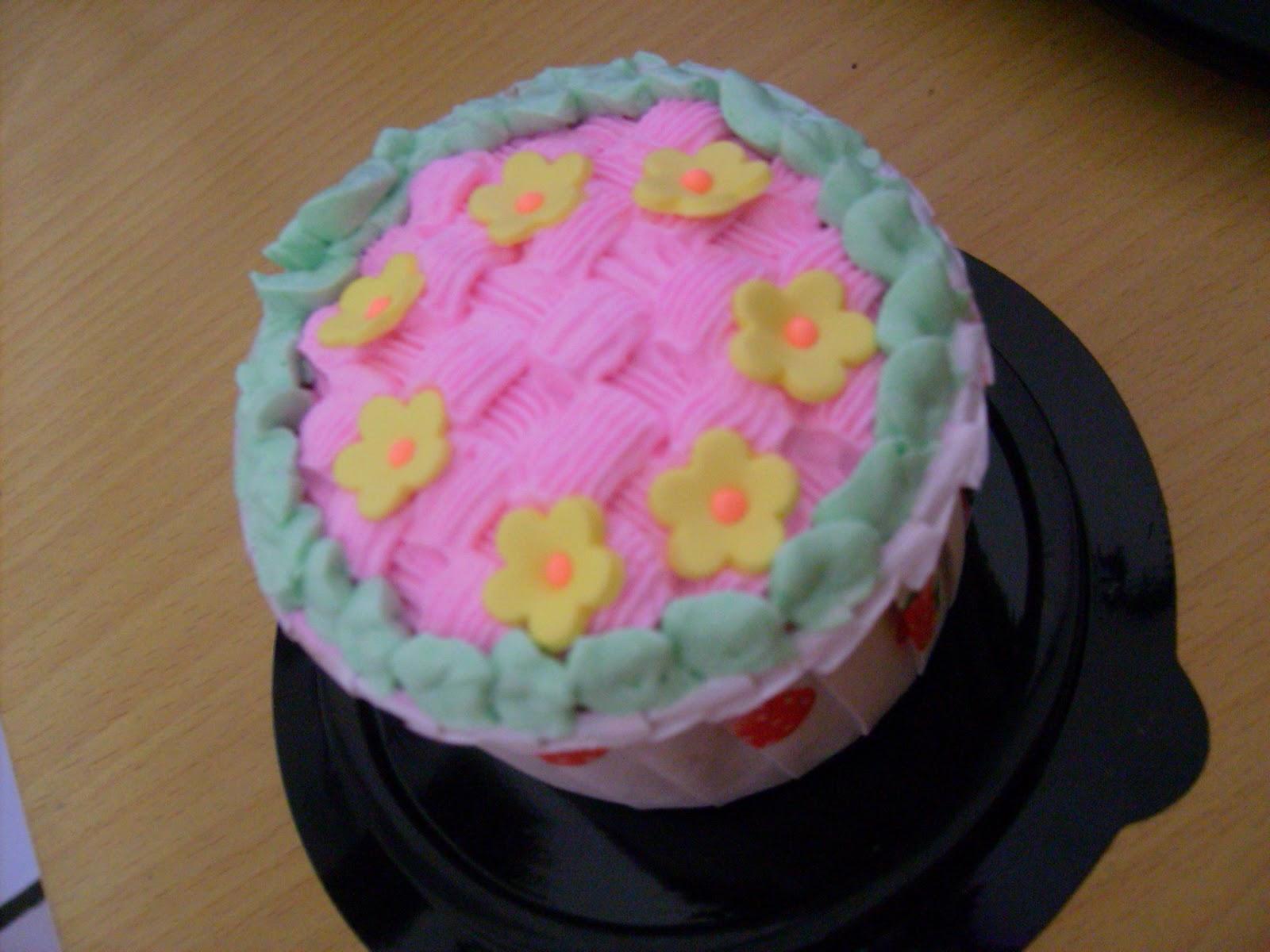 Labels: birthday cake , cupcake , girl , Strawberry shortcakes