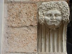 Columna ornamentada. Acceso doméstico. Verona, Italia.