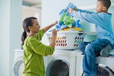 Filho ajudando a mãe na tarefa doméstica.