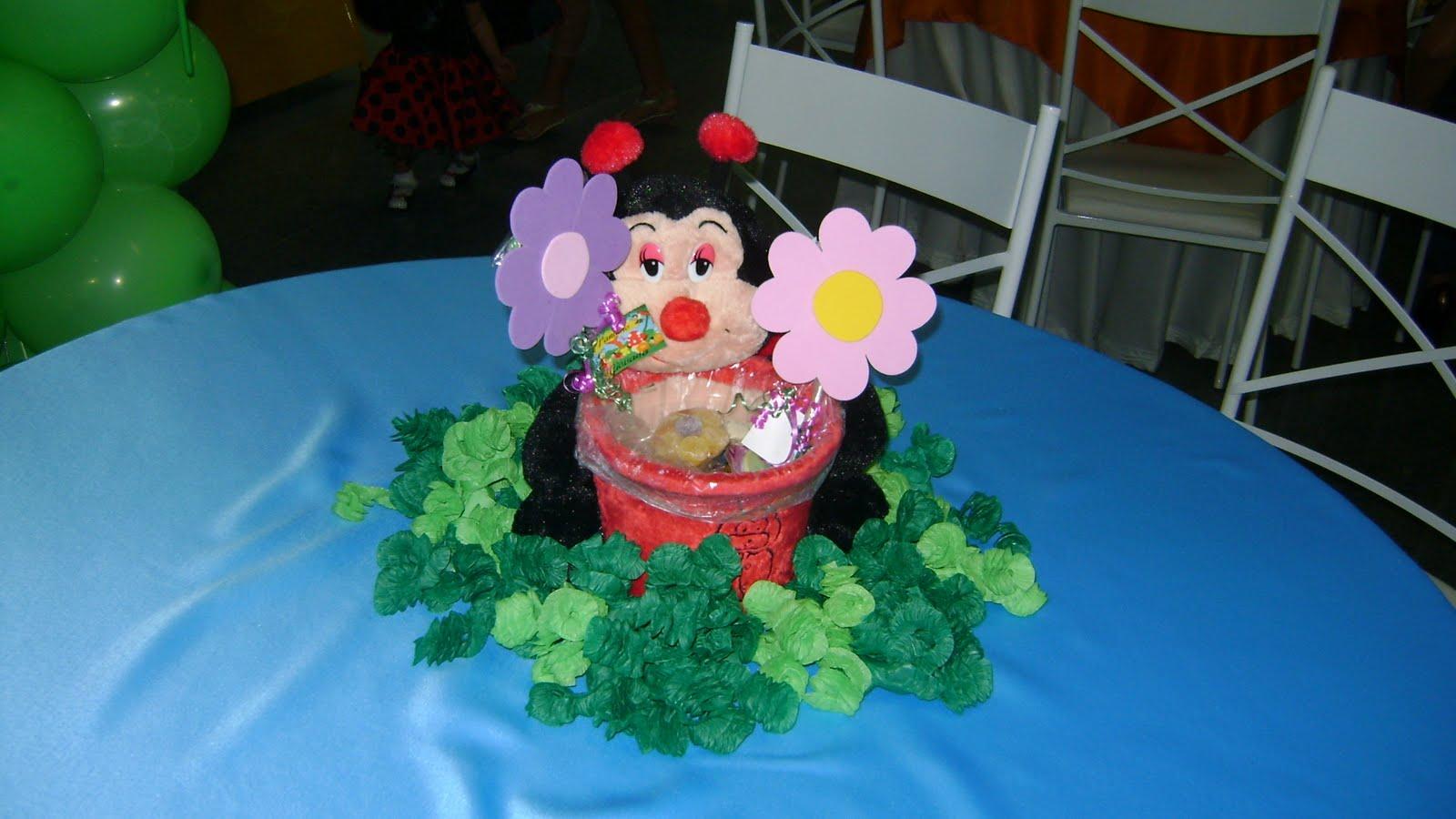mesa infantil jardim:Bicho de pelúcia abraçado no vaso (joaninha, sapo, abelha, borboleta