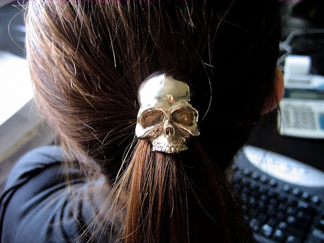 http://1.bp.blogspot.com/_7IgJMzdiaeY/TCzYBcMx4oI/AAAAAAAAG4A/3ppiOMbxd9k/s1600/skull+pony+tail+holder+skull_etsy+mrd74.jpg