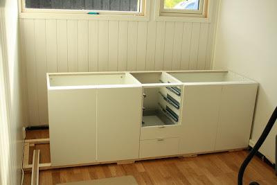Her er det laget en sjenk av Bestå-skap fra Ikea og fronter fra ...