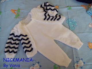 Casaquinho branco e azul marinho tricô a mão e macacãozinho branco sem  manga em tricô a máquina. Se você gostou faça sua encomenda, esse é para um  bebê ... af7d140667