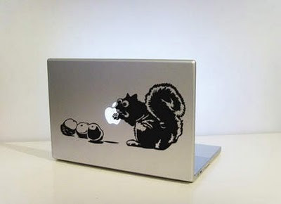 squirrel-eating-apple-on-imac