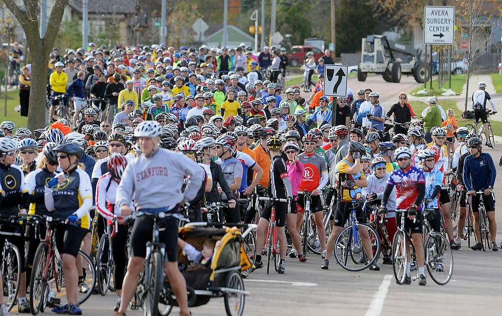 Armstrong Line up Hundreds of Riders Line up