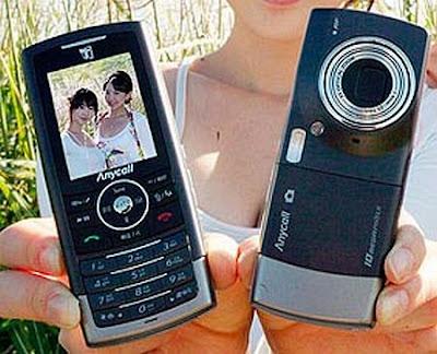 Modelo segura dois aparelhos Samsung B600 para vista frontal e traseira