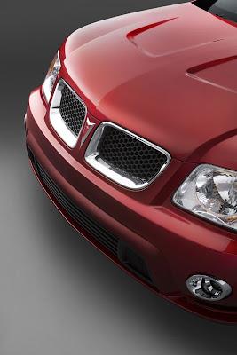 Capô e grade dianteira emolduram o emblemático símbolo da Pontiac