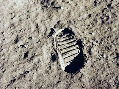 Foto da pegada humana no solo lunar