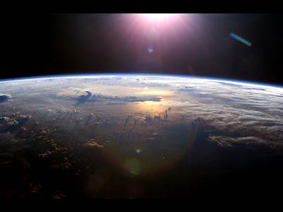 Amanhecer visto de nave espacial na órbita da terra - papel de parede - wallpaper