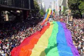 Bandeiras com as cores típicas das paradas gays