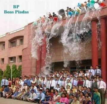ENORME sacanagem: no momento da foto para a formatura jogam água do telhado.