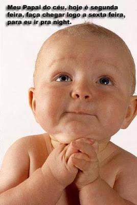 Bebê aparece como se estivesse rezando e pedindo ao papi do céu para ir à balada.