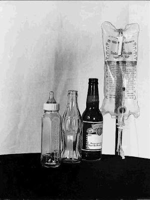 Foto engraçada mostra as quatro bebidas ao longo da vida - puro humor negro