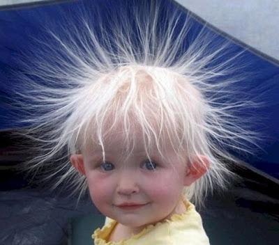 criança com os cabelos levantados pela eletricidade estática