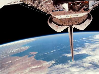 Horizonte da Terra contra o espaço sideral.