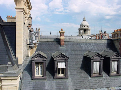 Telhado parisiense com janelas de sótãos ou coberturas.