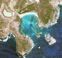 As águas azuis esverdeadas da Baía Sueste vistas de 2000 metros de altura.