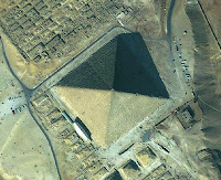 Fotografia da Grande Pirâmide de Gizé feita por satélite.