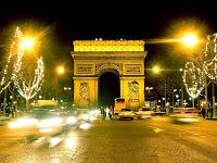 Arco do Triunfo em foto noturna com iluminação natalina