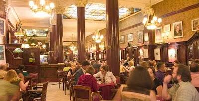 Interior do Cafe Tortoni, em Buenos Aires.