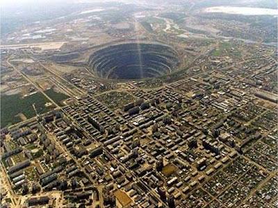 Foto aérea do buraco da mina de Mirny