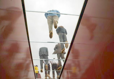 De baixo para cima vê-se a transparência do vidro.
