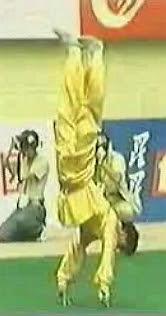 Monge Shaolin equilibrado apenas em dois dedos