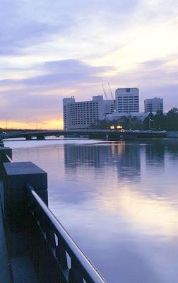 O anoitecer junto ao Rio Yarra.