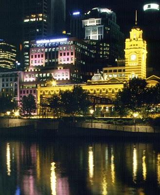 Construção histórica de Melbourne fotografada à noite.
