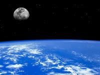 Foto espacial com perfil da Terra e a Lua ao fundo.