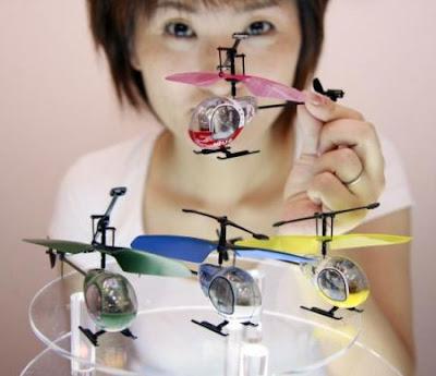 Menor helicóptero de brinquedo do mundo.