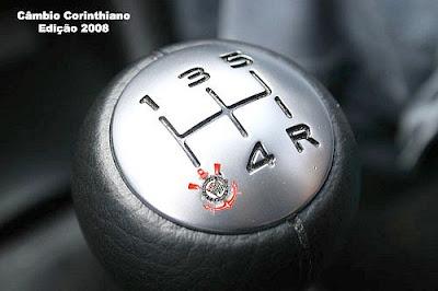 Bola de câmbio onde no lugar da segunda marcha aparece o distintivo do Corinthians.