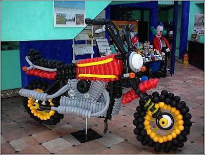 Escultura de motocicleta feita com balões de aniversário.