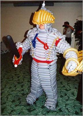 Homem vestido com traje de guerreiro feito de balões.