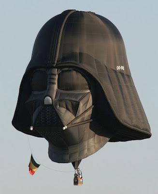 Darth Vader, personagem da ficção científica Star Wars, transformado em um balão.