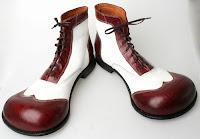 Típico sapato de palhaço.