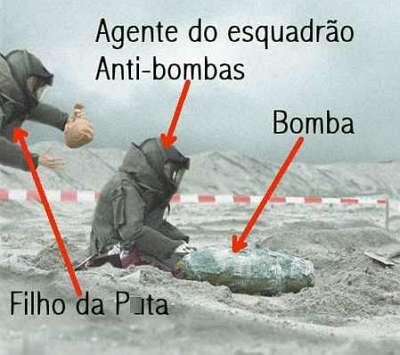 Membro de esquadrão anti-bombas prepara-se para desarmar uma, enquanto outro, por trás, vem assustá-lo.