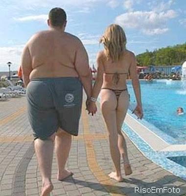 Gordo Obeso passeia com mulher gostosa.