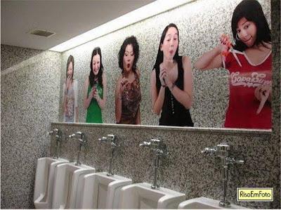 Banheiro masculino japonês tem fotos de mulheres olhando para os usuários.