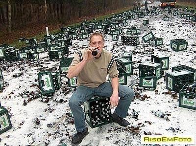 Um Bêbado esperto aproveita as cervejas que não quebram e gelaram na neve.