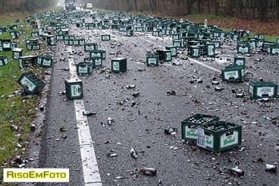 Acidente com Caminhão de Cerveja tombado derruba muitas garrafas no asfalto.