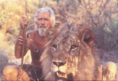 Christian The Lion adulto, acompanhado de seu cuidador na reserva da África