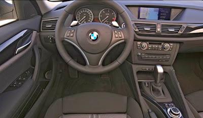 Visão do interior do veículo no ponto de vista do condutor.