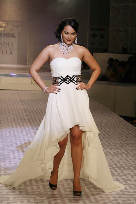 Sonakshi Sinha on Ramp Walk @ Rat HDIL Pics - N/W  Sonakshi-Sinha-On-Ramp-At-HDIL-10