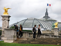 Equipa do Consigo a gravar com a apresentadora, na ponte Alexandre III, Paris