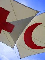 Bandeiras com os símbolos da Cruz Vermelha e do Crescente vermelho