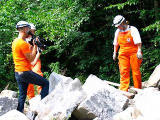 Fotografia de voluntários REDOG em cima de escombros